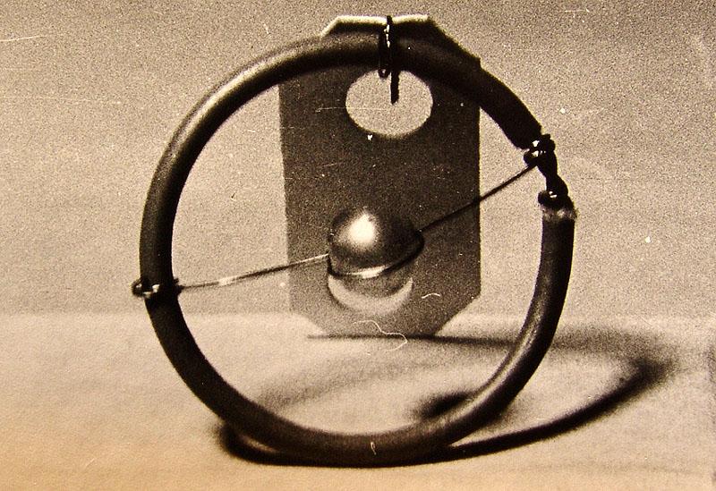 Фотография 5.2.1.  Модель атома водорода.  З.Огжевальский.